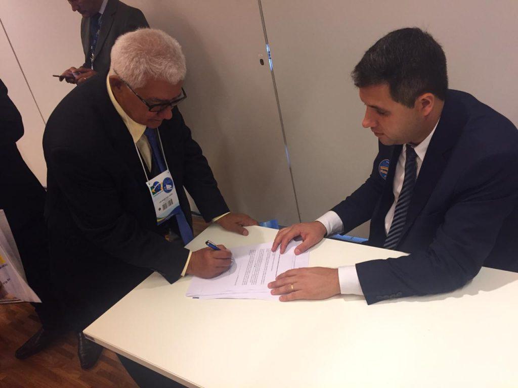Prefeito Valdemir assinando convênios em Brasília Foto: Assessoria